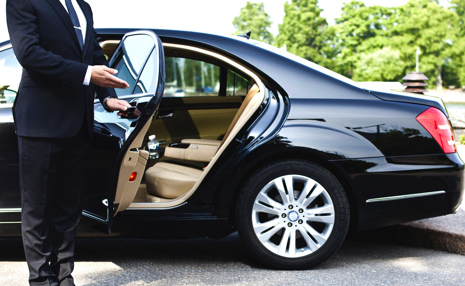 Why people like to hire luxury cars for Airport Transfers in Australia